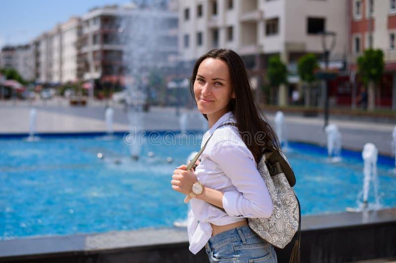 Ung kvinnlig turist som går till och med stadsgatorna av Demre, Turkiet royaltyfri bild