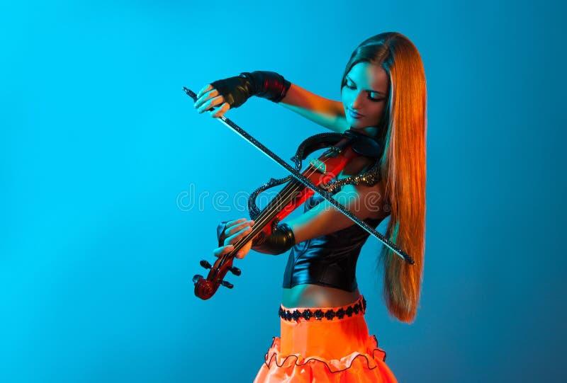 Ung kvinnlig violinist som spelar fiolen royaltyfria foton