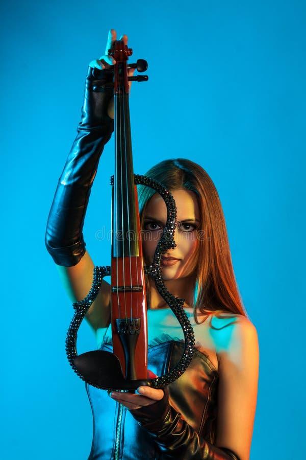 Ung kvinnlig violinist som spelar fiolen arkivfoton