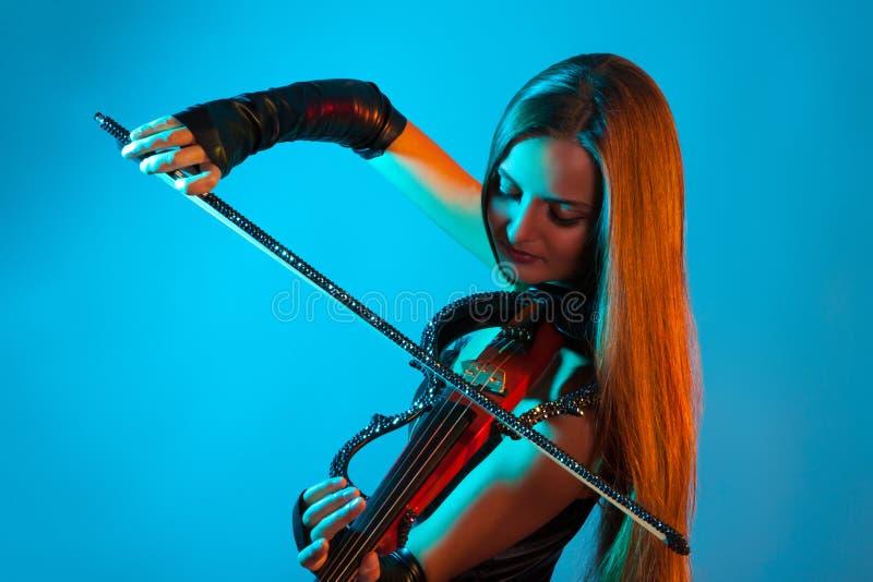 Ung kvinnlig violinist som spelar fiolen fotografering för bildbyråer