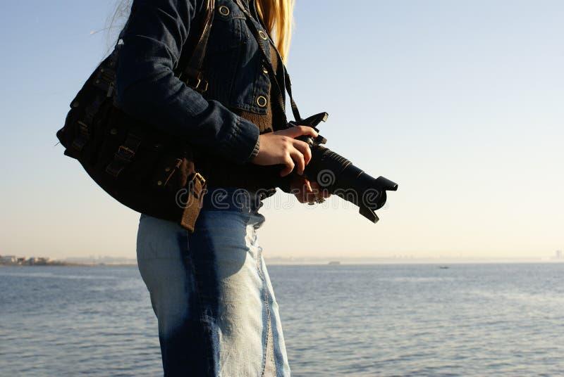 Ung kvinnligfotograf royaltyfria bilder