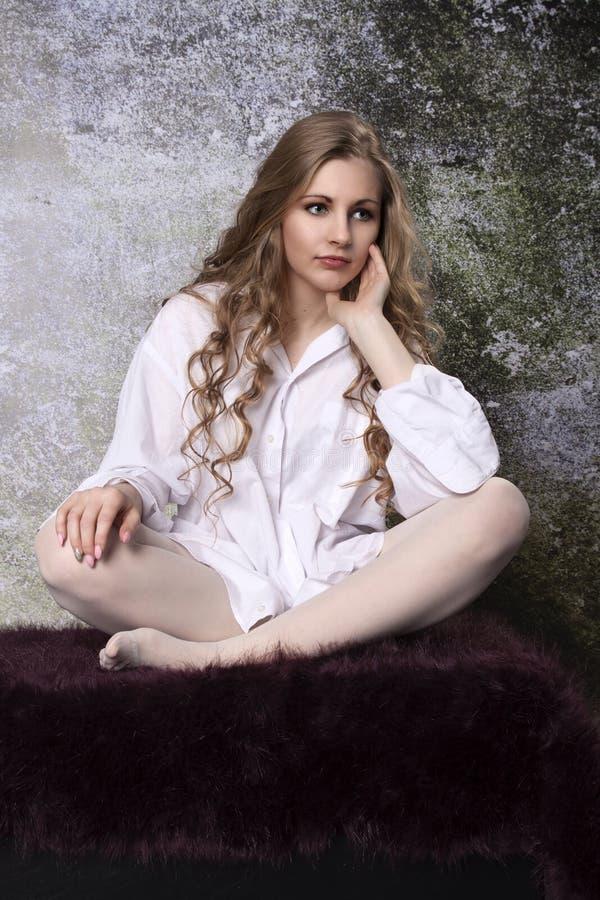 Ung långhårig lockig blond kvinna royaltyfria bilder
