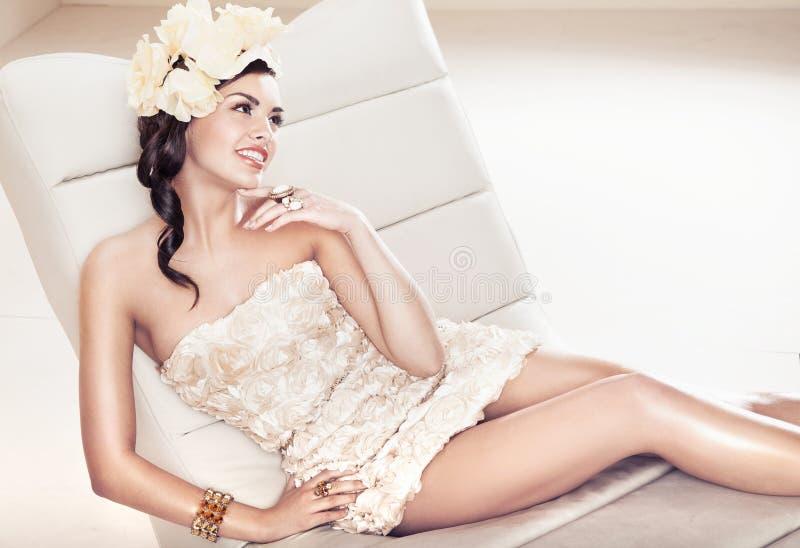 Sexig brunettlady med blommahatten royaltyfri fotografi