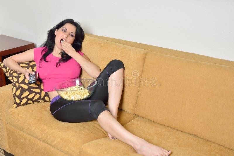 Ung latinamerikansk kvinna hemma royaltyfri foto