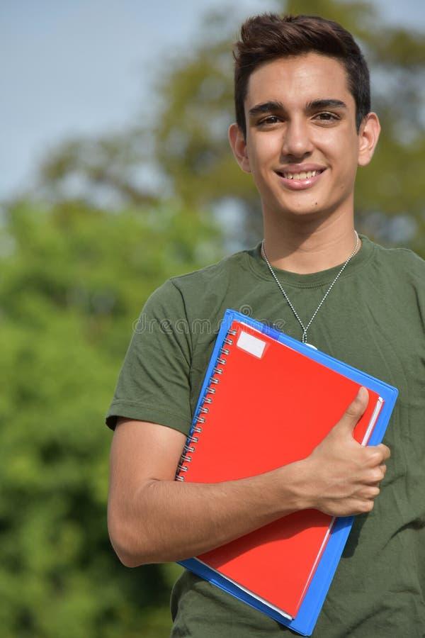 Ung latinamerikansk manlig tonårig militär student arkivbild
