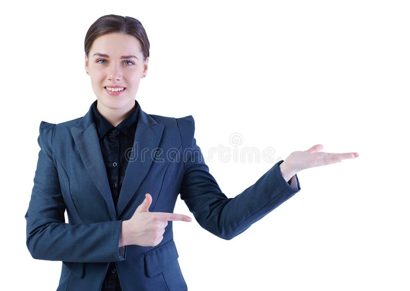 Ung le affärskvinna i dräkt med den tomma handen, copyspace, studiofors som isoleras på vit arkivbild