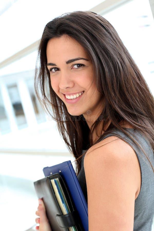 Ung le affärskvinna i hall fotografering för bildbyråer