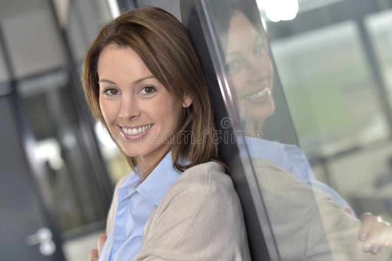 Ung le affärskvinna på kontoret arkivfoton