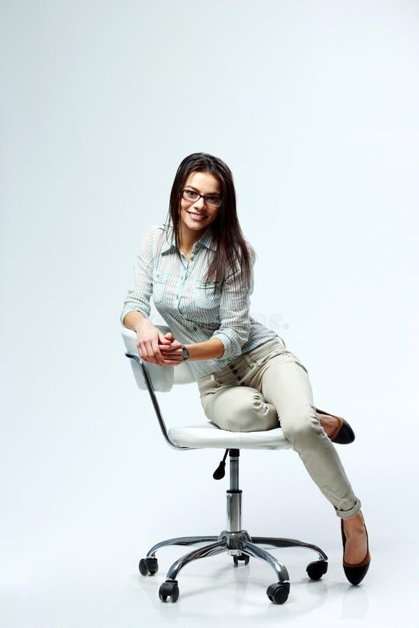 Ung le affärskvinna som siiting på kontorsstolen fotografering för bildbyråer