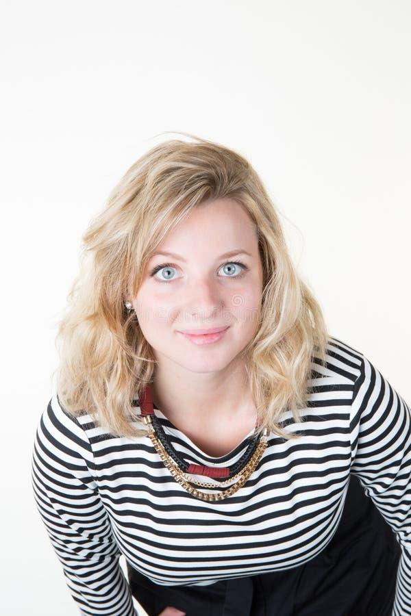 ung le blondin i den svarta vita skjortan som isoleras på vit bakgrund fotografering för bildbyråer