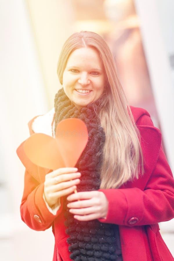 Ung le flicka som firar valentindag royaltyfri bild