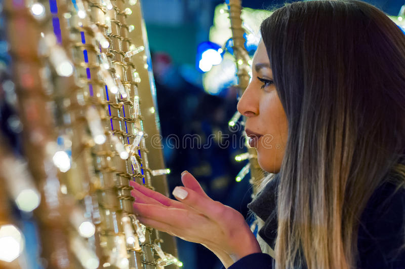 Ung le flicka som framåtriktat ser till jul som blåser en kyss royaltyfria foton