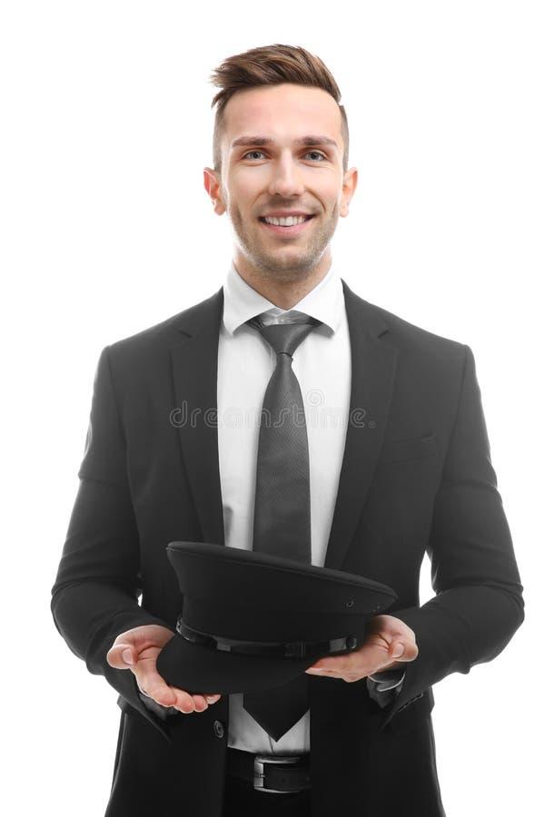 Ung le hållande hatt för chaufför på bakgrund arkivfoto