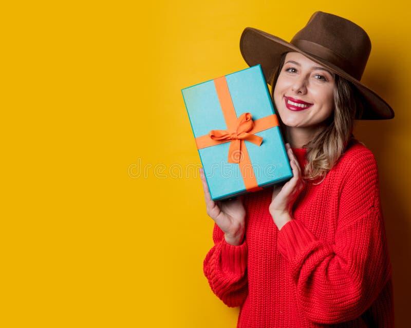 Ung le kvinna i röd tröja med gåvaasken fotografering för bildbyråer