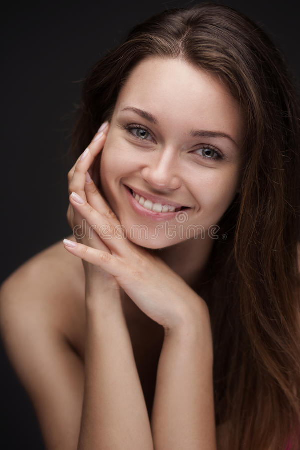 Ung le kvinna med den härliga sunda framsidan arkivbilder