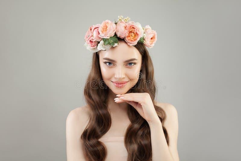 Ung le kvinna med klar hud och blommor Skincare och ansikts- behandlingbegrepp arkivfoto