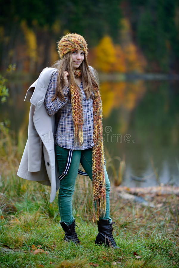 Ung le kvinna som är utomhus- i höst arkivfoto