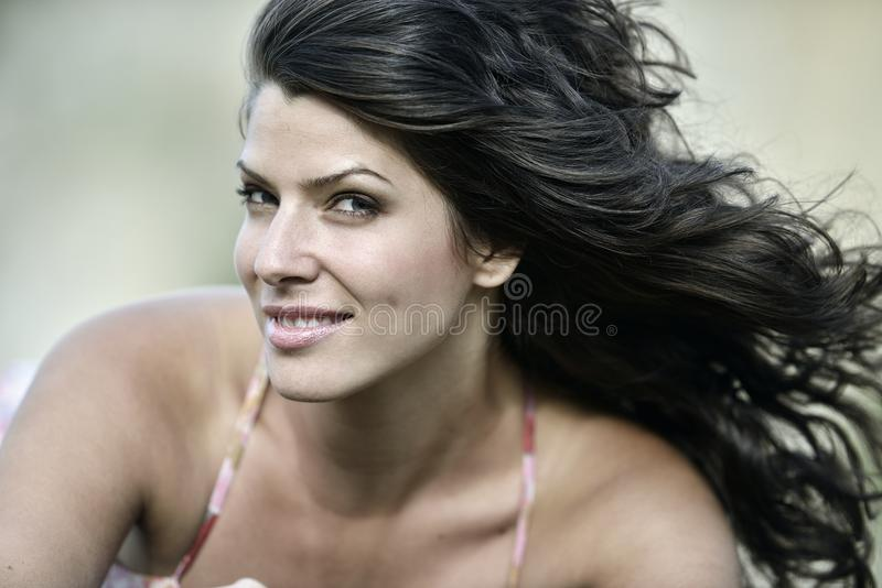 Ung le kvinna som är utomhus- i solig dag för sommar royaltyfria foton