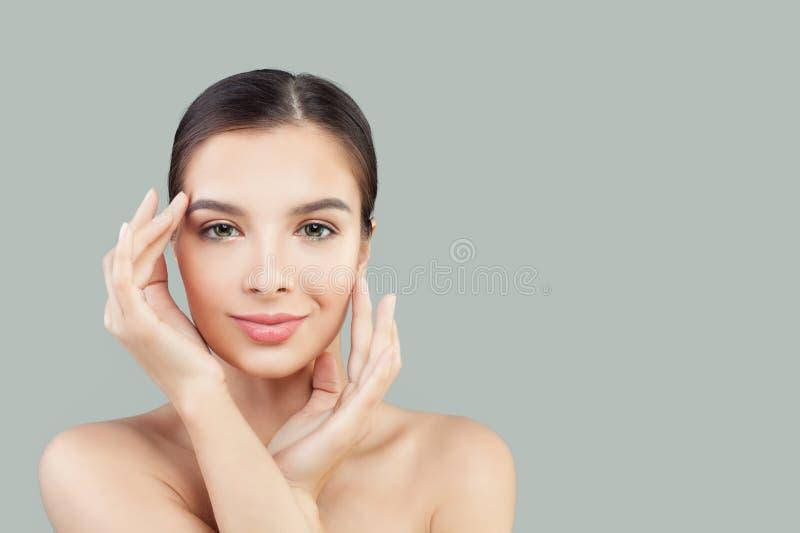 Ung le kvinnabrunnsortmodell med den klara hudståenden royaltyfri foto