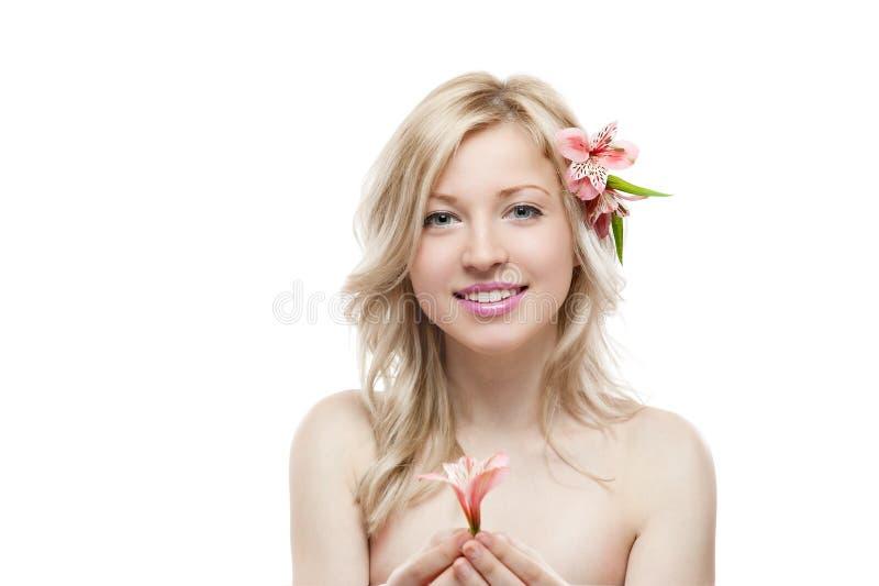 Ung le kvinnlig med blomman i hår arkivfoton