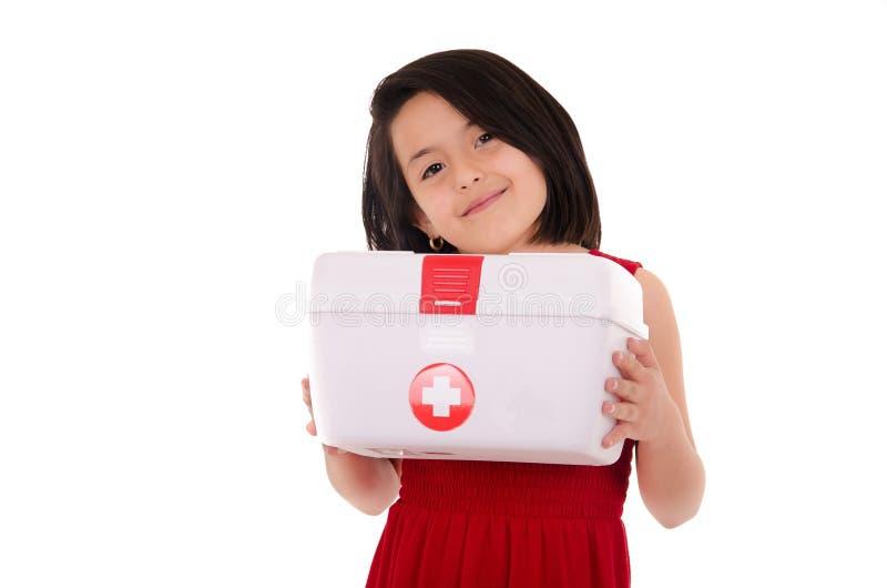 Ung le kvinnlig som bär en bärbar första hjälpen arkivfoton