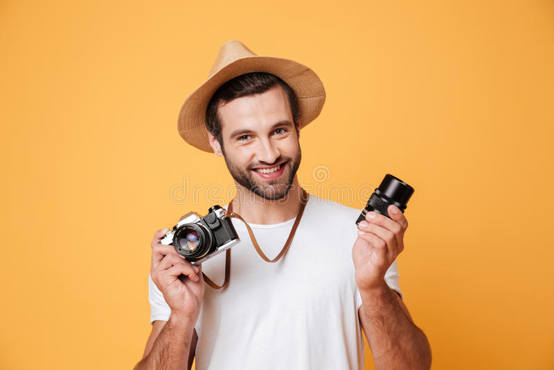Ung le man som ser kameran, medan rymma linsen fotografering för bildbyråer