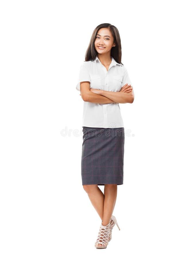 Ung le oavkortad längd för asiatisk kvinna med korsade armar arkivbild