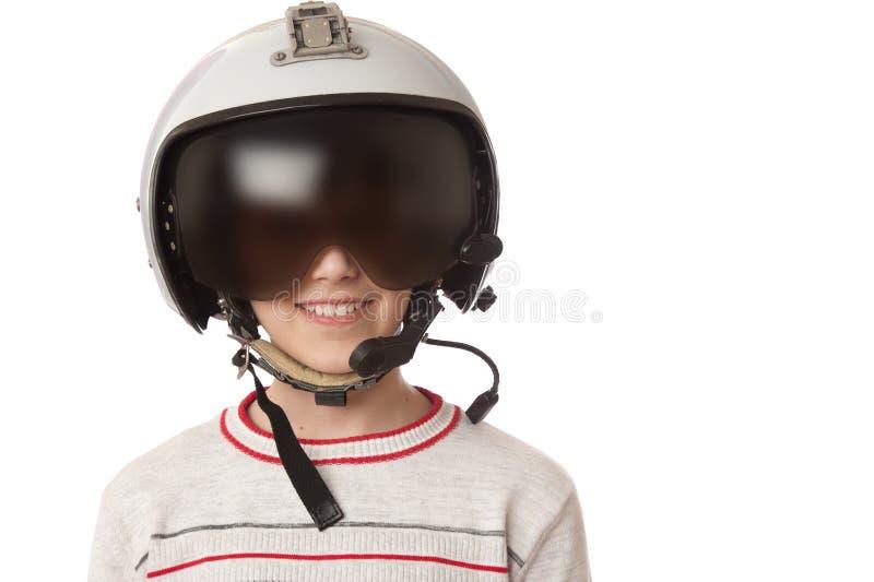 Ung le pojke i den pilot- hjälmen som isoleras i vit royaltyfria bilder