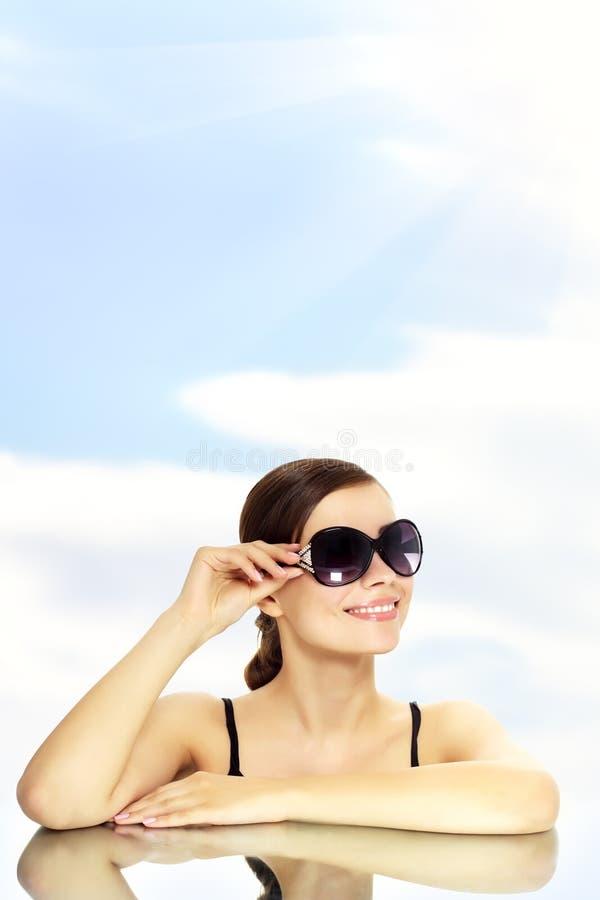 ung le solglasögon för lycklig lady royaltyfri fotografi
