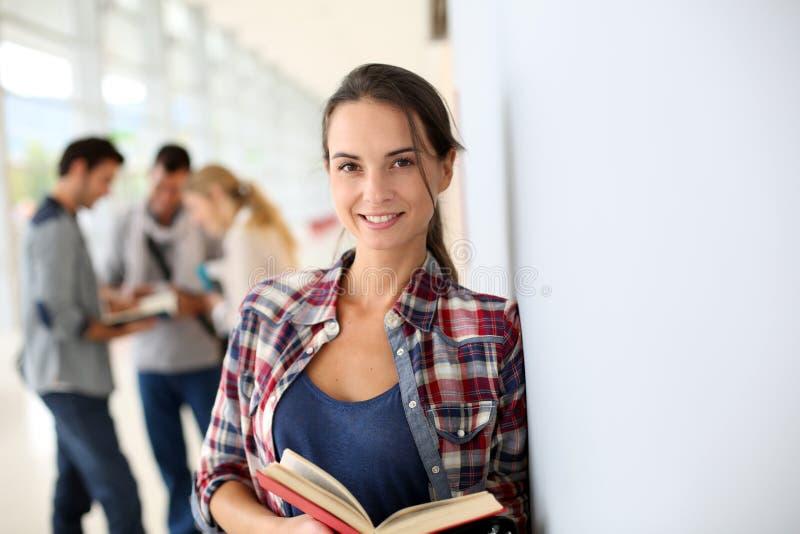 Ung le studentflicka med boken fotografering för bildbyråer