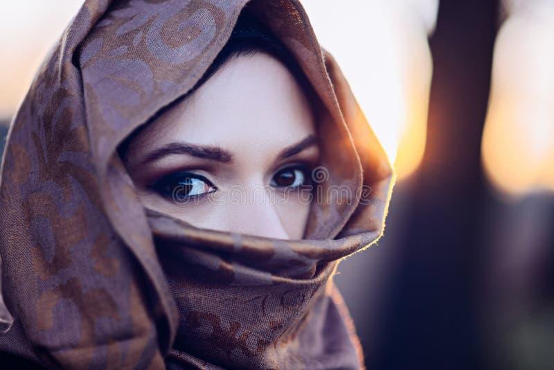 Ung ledsen arabisk kvinna i hijab royaltyfri bild