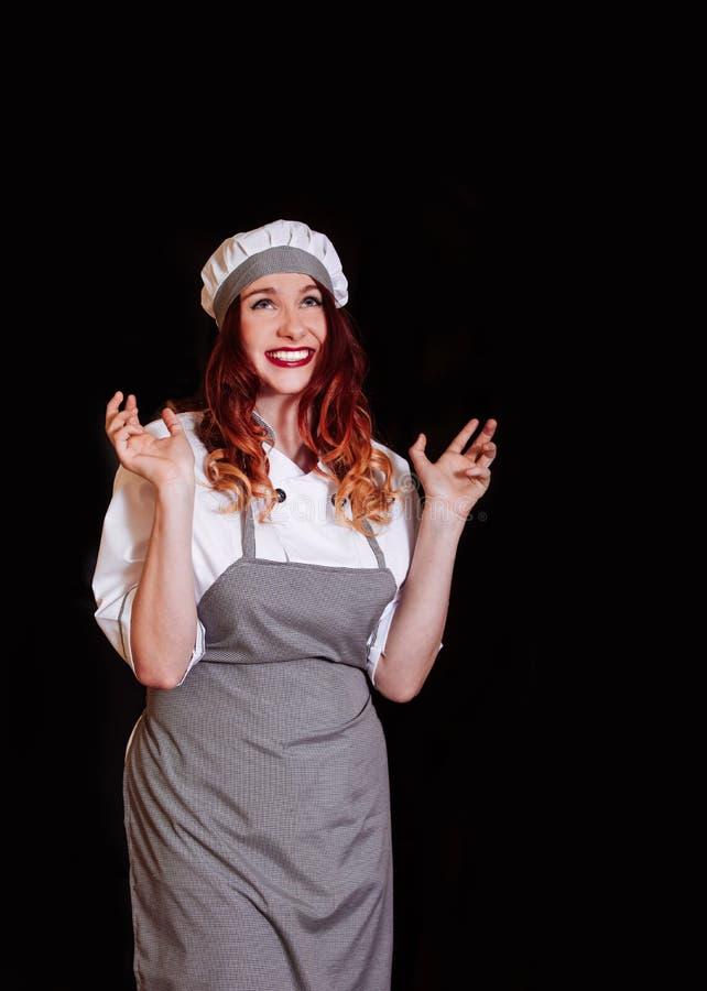 Ung leende för sinnesrörelse för hatt för förkläde för bakgrund för svart för kockkockkvinna likformig isolerat vitt arkivfoton