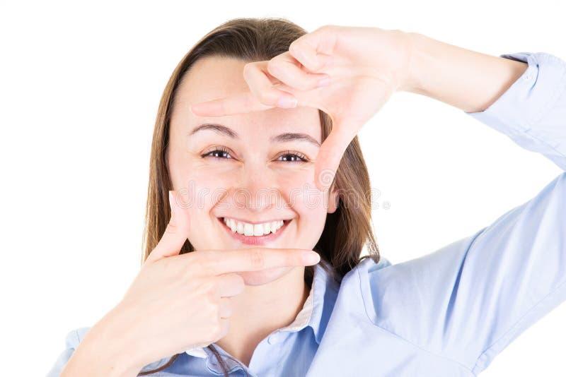 Ung leendekvinna som gör ramen med händer och fingrar i fotografibegrepp som kamera fotografering för bildbyråer