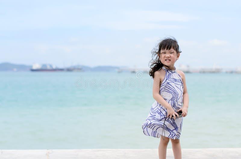 Ung liten flicka nära havet arkivfoto