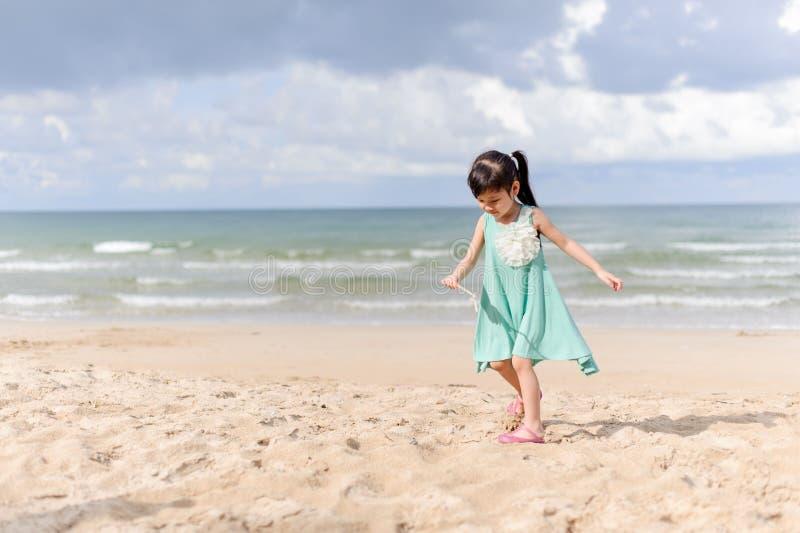Ung liten flicka på stranden royaltyfria bilder
