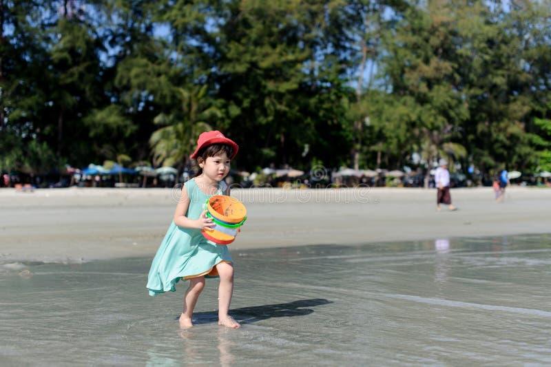 Ung liten flicka på stranden royaltyfria foton