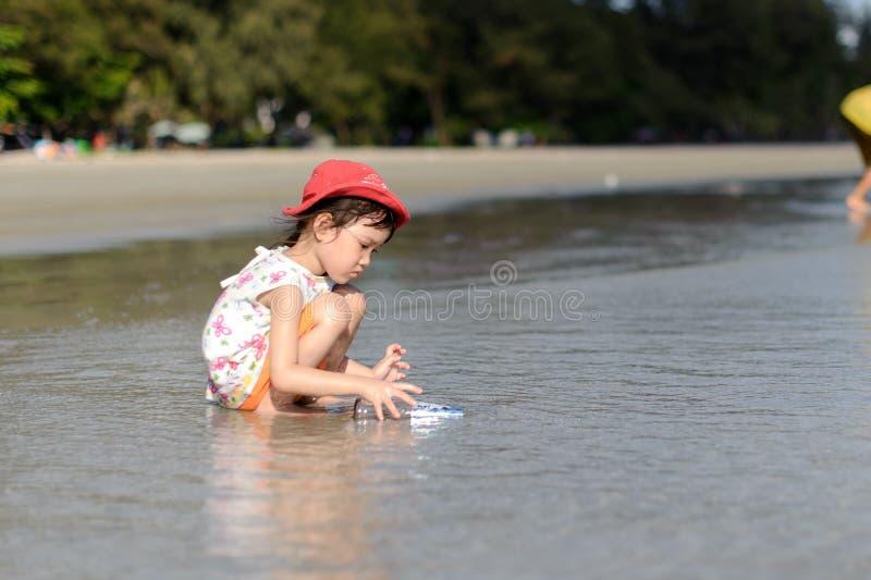 Ung liten flicka på stranden royaltyfri bild