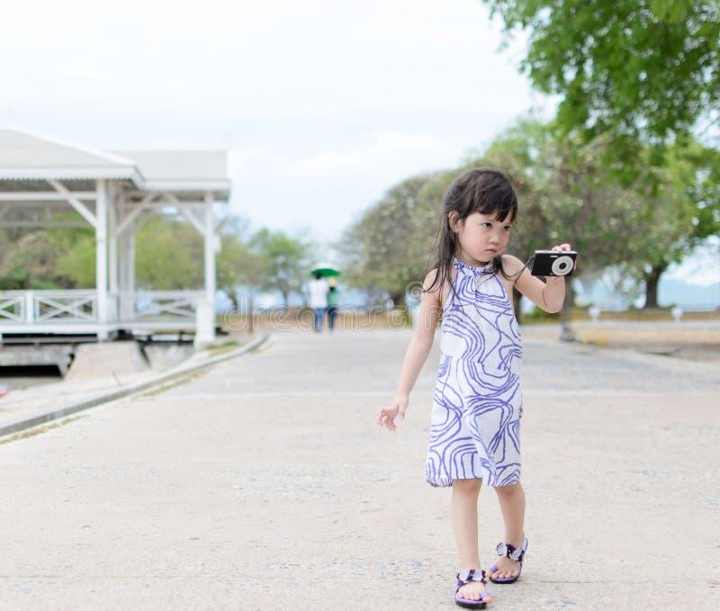 Ung liten flickaskyttekamera arkivbilder