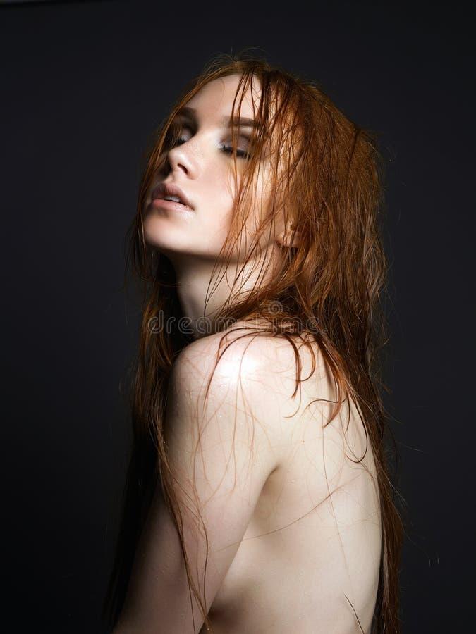 Ung ljust rödbrun kvinna Naken härlig flicka med vått hår royaltyfri fotografi