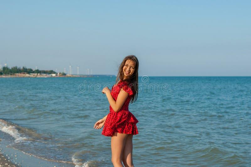 Ung lyckakvinna på havet arkivbild