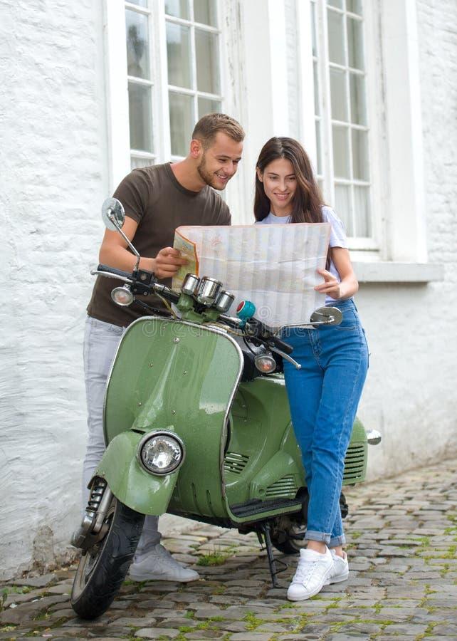 ung lycklig älska parinnehavöversikt utomhus nära sparkcykeln åt sidan se royaltyfria foton