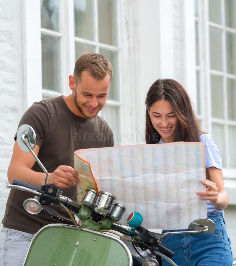 ung lycklig älska parinnehavöversikt utomhus nära sparkcykeln Se på översikt royaltyfri bild
