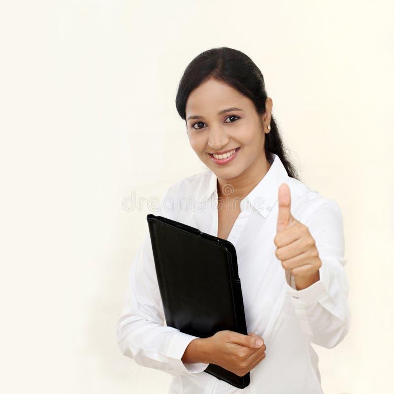 Ung lycklig affärskvinna med den svarta mappen royaltyfri foto