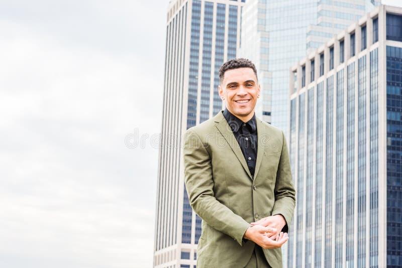 Ung lycklig amerikansk affärsmanresande som arbetar i New York, arkivfoton
