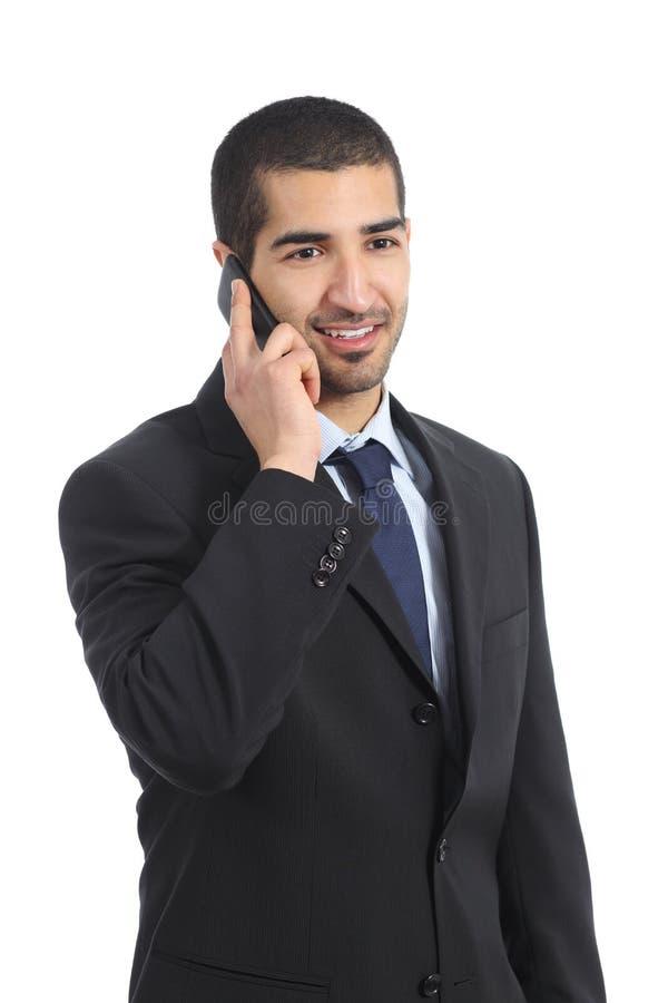 Ung lycklig arabisk affärsman på mobiltelefonen royaltyfria bilder