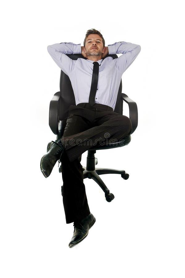 Ung lycklig attraktiv kopplat av sammanträde för affärsman benägenhet på kontorsstol som isoleras på vit royaltyfria bilder