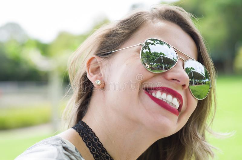 Ung lycklig blond kvinna fotografering för bildbyråer