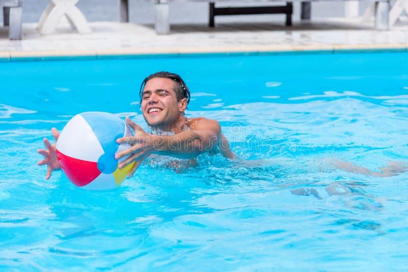 Ung lycklig caucasian man som spelar med bollen royaltyfri bild
