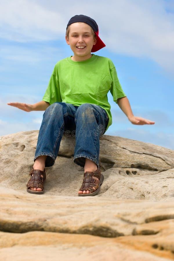 ung lycklig det fria för pojke arkivfoto