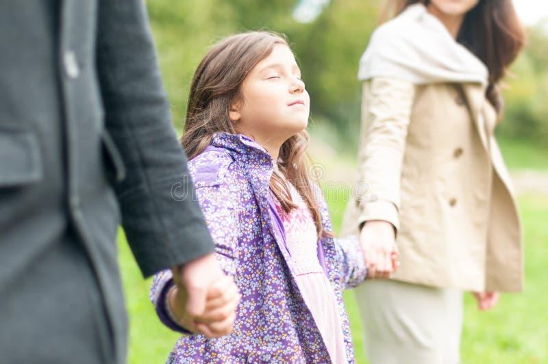 Ung lycklig familj av att gå som tre är utomhus-. fotografering för bildbyråer